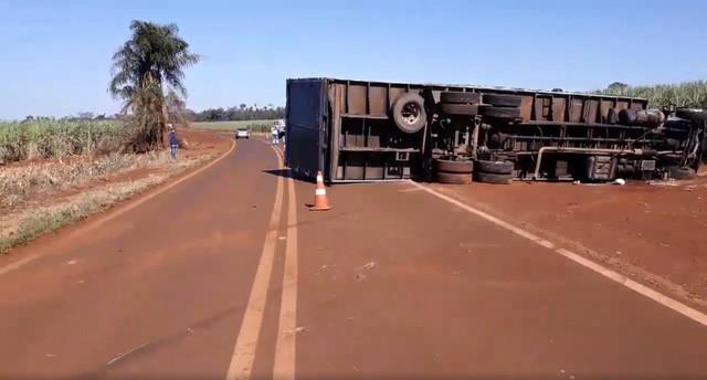 Caminhão tombou na manhã desta quarta-feira (10) em rodovia de Florínea (Foto: Sidney Fernandes/ Difusora Assis)